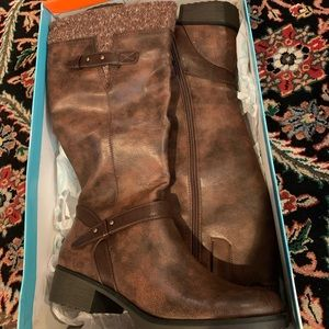 Brown never been warn boot women size 11 Bare Trap